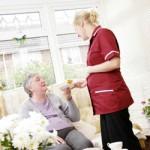 Comment devenir auxiliaire de vie en maison de retraite
