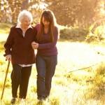 Comment travailler auprès des personnes âgées tout en gardant la forme ?